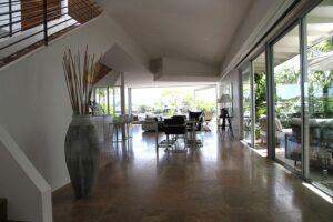 Integração de ambientes com amplas portas e janelas de vidro